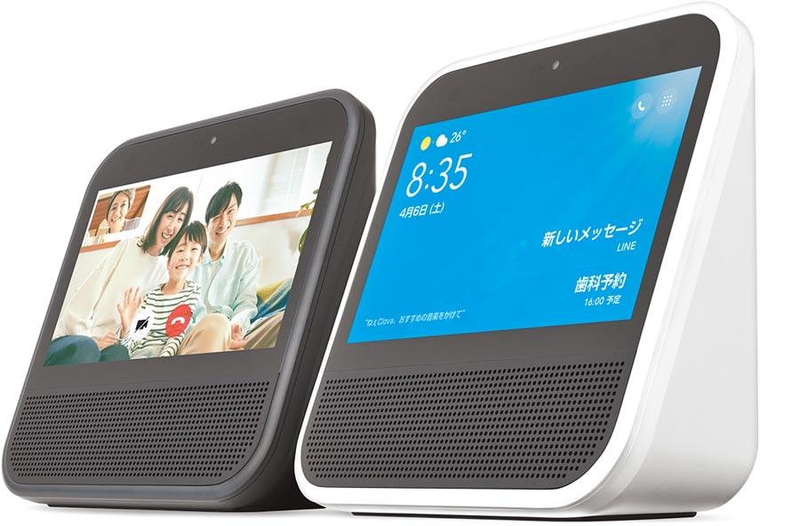 LINE Clova Desk能夠進行視訊通話、播放歌曲時有歌詞顯示、食譜搜尋等功能。(LINE官方網站)