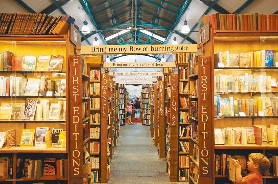 位於英國阿尼克的巴特爾書店前身是廢棄火車站,如今是全歐洲最大的二手書店之一。(聯經出版提供)