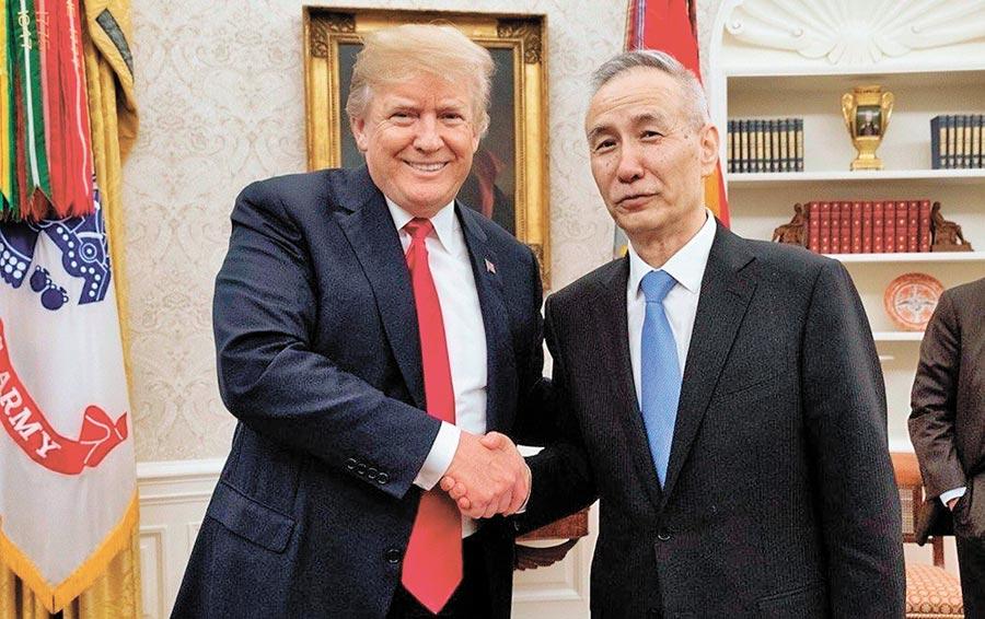 2018年5月17日,美國總統川普(左)在白宮與大陸國務院副總理劉鶴(右)會晤,商談經貿問題。(取自川普推特)