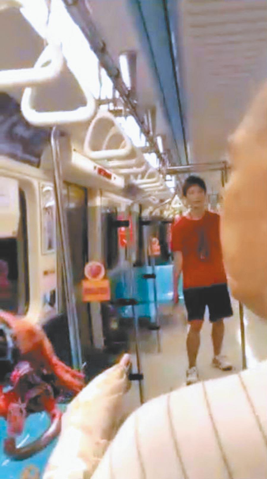 2014年5月21日,大學生鄭捷持水果刀在捷運車廂內瘋狂砍人。(翻攝乘客拍攝畫面)