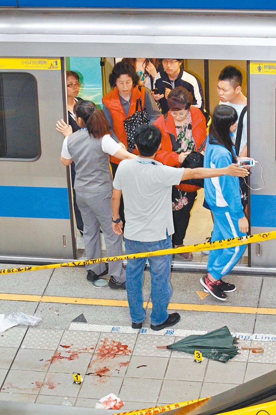 2014年5月21日,鄭捷砍人現場血跡斑斑,警方拉起封鎖線採證。(本報系資料照片)