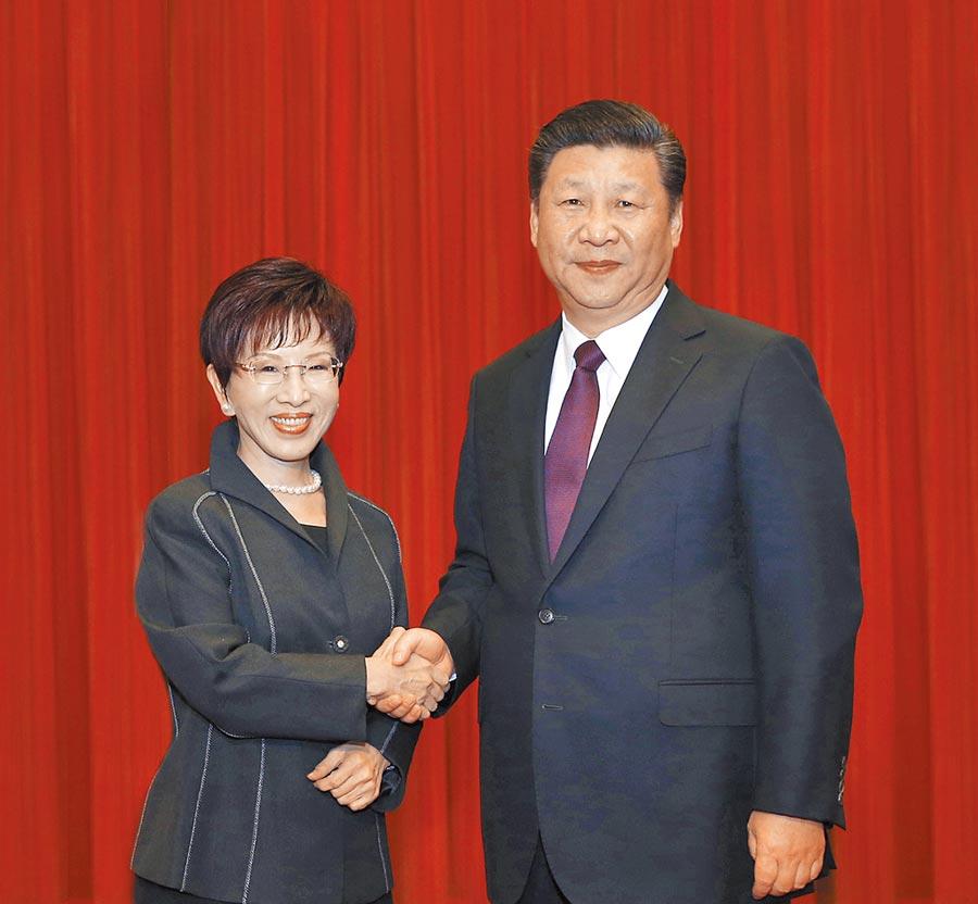 2016年11月1日,中共總書記習近平(右)在北京人民大會堂,會見時任國民黨主席洪秀柱。(新華社)