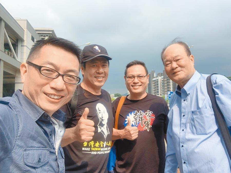 徐正文(左起)與杏仁哥、貼紙哥、強強滾等「韓家軍」合影。(翻攝自徐正文FB)