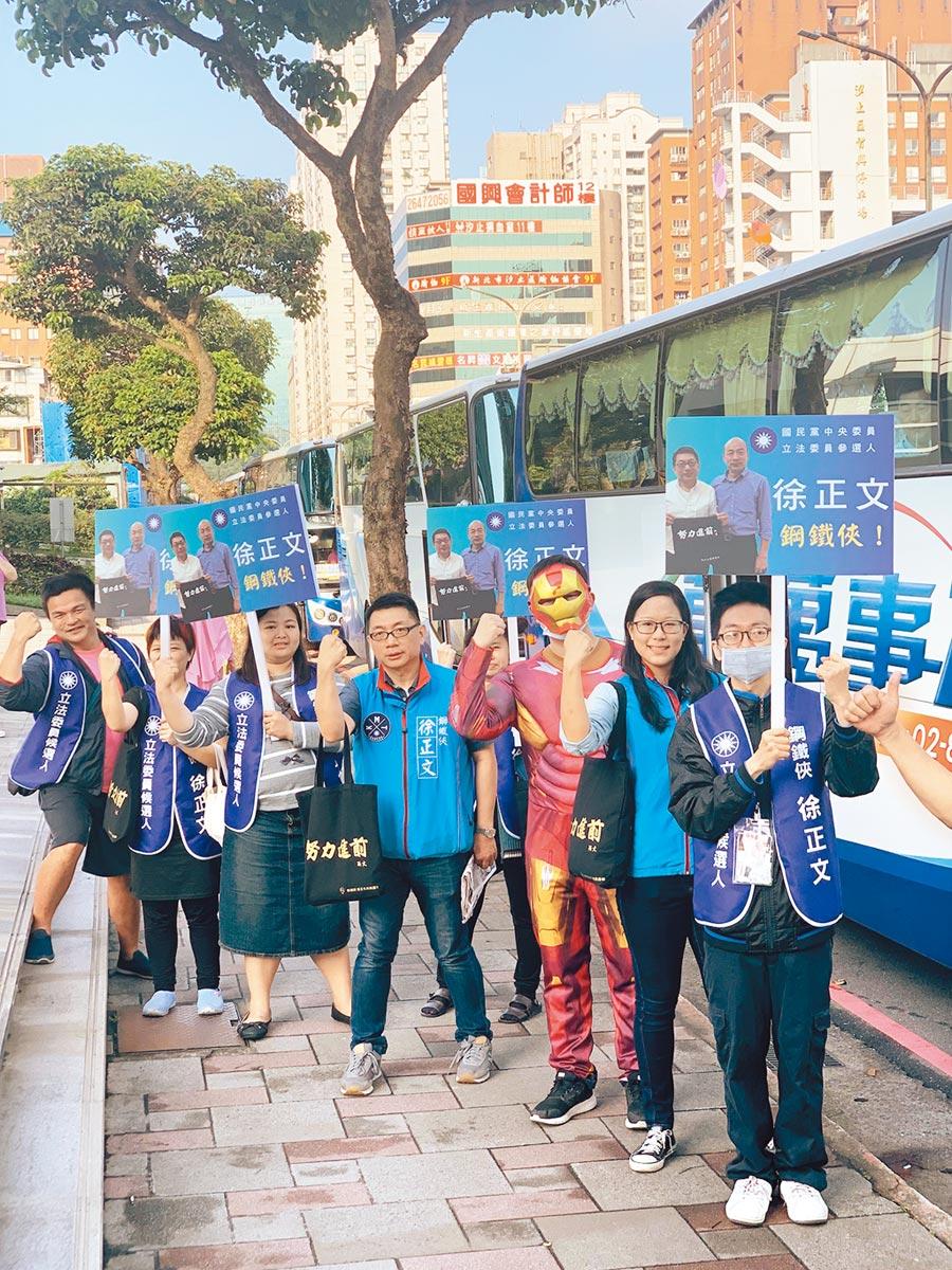 徐正文(左4)在汐止為民眾遊覽車送行。(翻攝自徐正文FB)