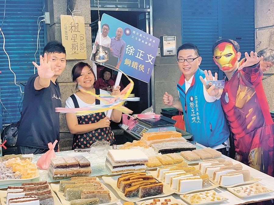 徐正文(右2)前往汐止的市場,爭取民眾支持。(翻攝自徐正文FB)