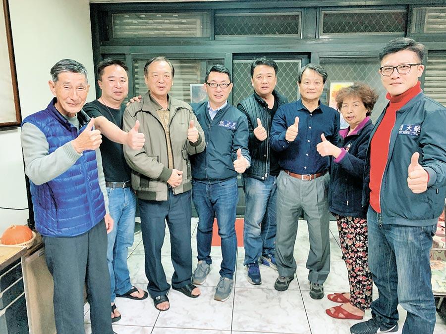 徐正文(左4)拜訪貢寮居民。(翻攝自徐正文FB)