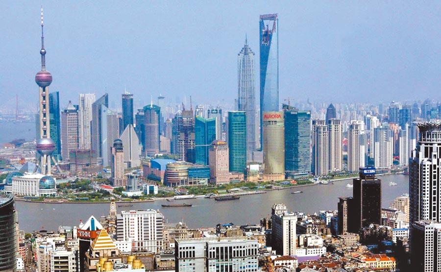 外資金融機構多路徑搶灘,圖為上海浦東陸家嘴金融貿易區全景。(新華社)