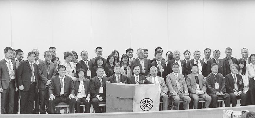 2019年5月4日,北京大學台灣校友總會在台北舉行「五四百年紀念大會」,校友與自北京帶來、逾80年歷史的老校旗合影。(本報資料照片)