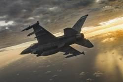 浴血!美F-16「戰隼」戰勝鷹擊
