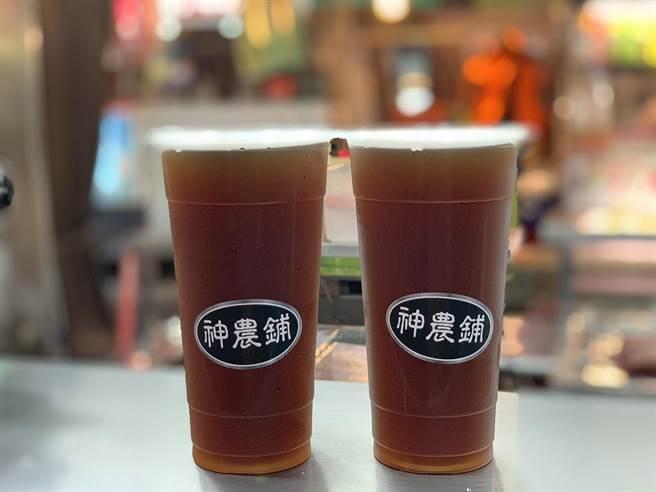 「神農鋪」青草茶慢火熬煮4小時,逼出天然好滋味。(柯宗緯攝)