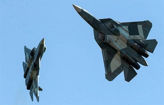 俄製蘇-57戰機銷售不順利,先前曾說要配備高超音速導彈,現在又有媒體說它有尖端的微波光子雷達可以橫掃所有隱形戰 機。(圖/塔斯社)