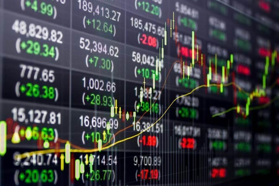 官員透露,美國總統川普每幾個小時就會檢視金融市場表現,因為川普知道美國的股市、經濟崩潰,他就無法連任。。(圖/達志影像)