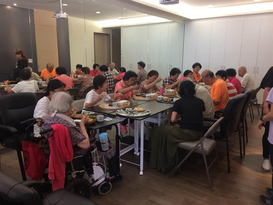 每天中午的共餐時間是長輩們最享受也最放鬆的時刻。(謝瓊雲攝)