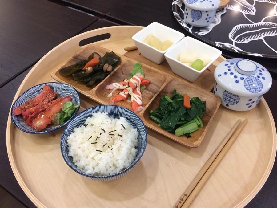 每日共餐的菜色營養均衡,在精緻的餐具陪襯下,看起來更加美味可口。(謝瓊雲攝)