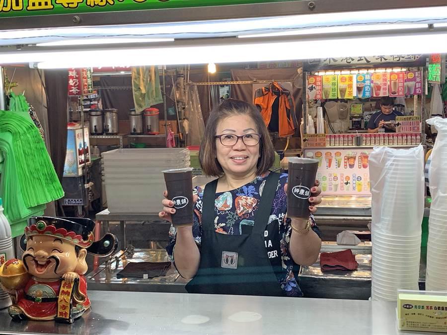 「神農鋪」老闆娘廖秀玥轉職賣青草茶,一賣12個年頭,累積不少死忠顧客。(柯宗緯攝)