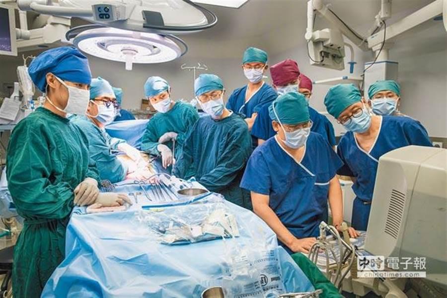 手術房內統一穿著藍綠色手術服,背後用意竟是為了幫助醫生更能拯救病患 (示意圖/本報資料照、新華社)