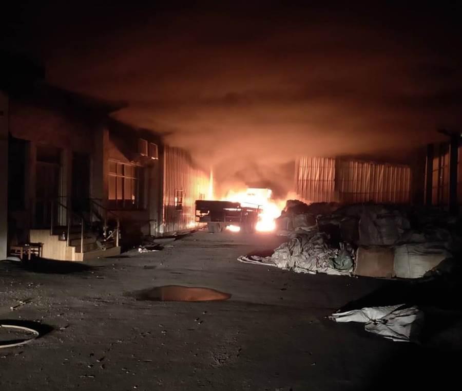 台南新營工業區半夜遇祝融,廠房冒出大量黑煙和火光。(劉秀芬翻攝)