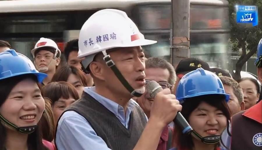 高雄市長韓國瑜選前,就將「路平」列重要政見;選後,更多次親自視察。(圖/本報系影音截圖)