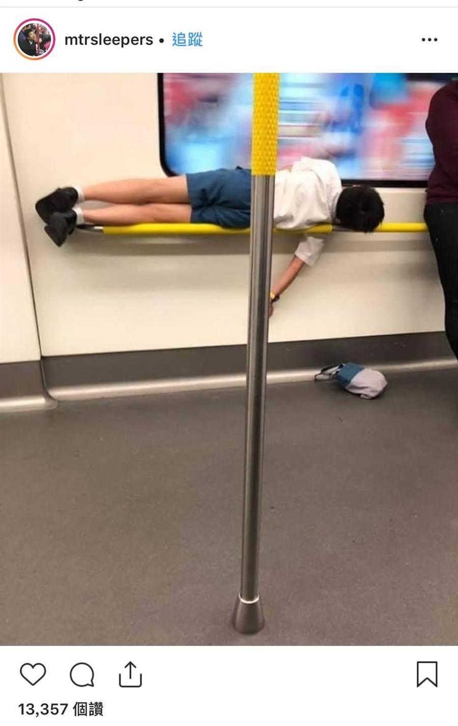 有逾3萬用戶追蹤、專放港鐵內乘客睡相的「MTR Sleepers」Instagram帳戶,昨天上傳了一張港鐵上學生哥的睡相,讓眾人都驚呆了。(MTR Sleepers)