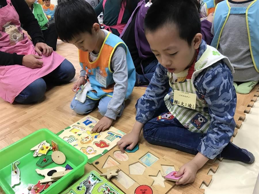 孩子們開心地一起玩拼圖。(吳亮賢翻攝)