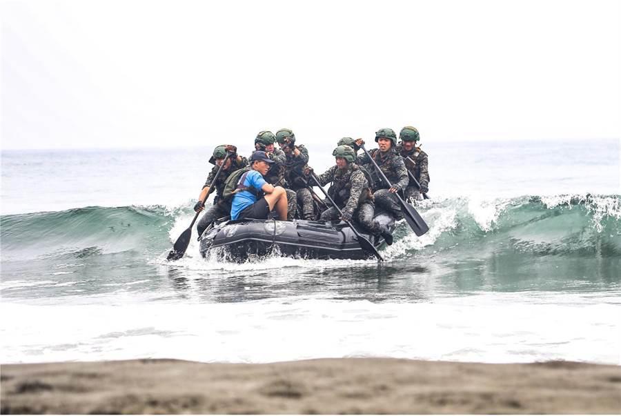 兩棲偵搜班成員進行海上操舟鑑測。 (圖/國防部提供)