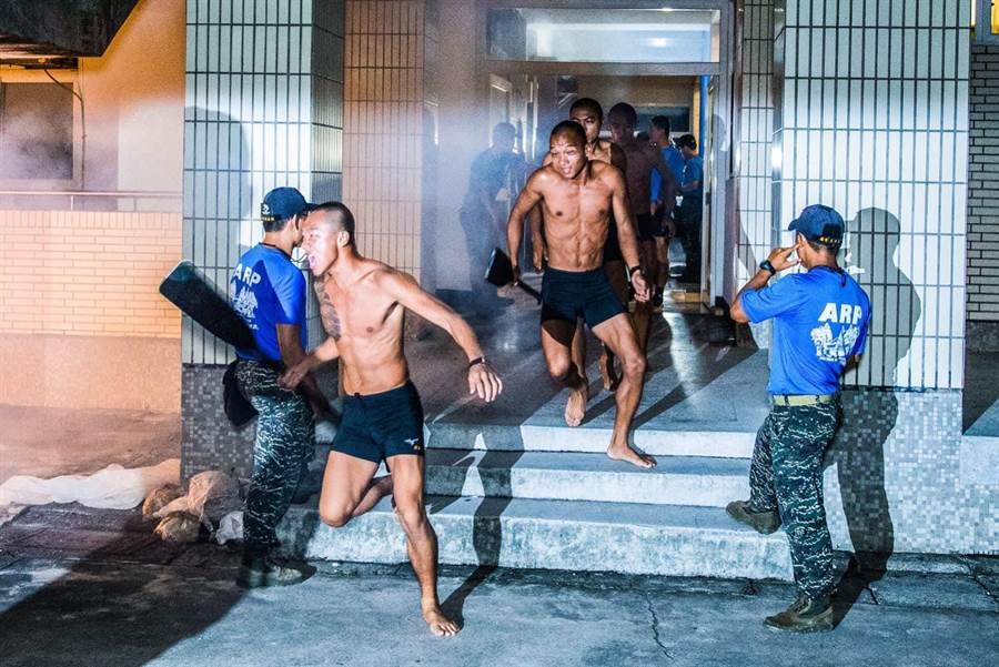 海軍陸戰隊兩棲偵搜班成員,在「克難週」進行夜間長跑。(圖/國防部提供)