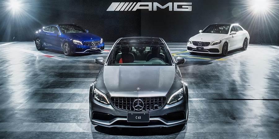 The new Mercedes-AMG C 63性能猛獸搭載M177 AMG 4.0L V8雙渦輪增壓引擎,具備510hp/700Nm最大動力,搭配全新AMG SPEEDSHIFT MCT 9G的9速跑車變速箱,擁有更佳的動力傳輸效率與性能表現。C 63 Coupe(左起)、C 63、C 63 S,其0-100km/h加速分別只要4、4.1、3.9秒即可達成,售價分別自506、497、553萬元起。(台灣賓士提供)