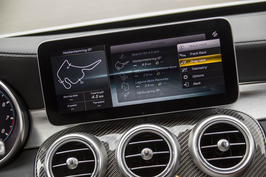 AMG Track Pace賽道駕馭應用程式以每秒10次的頻率計算超過80項車輛數據,提供數據分析與精準的行車軌跡,幫助駕駛者提升駕駛技巧。(台灣賓士提供)