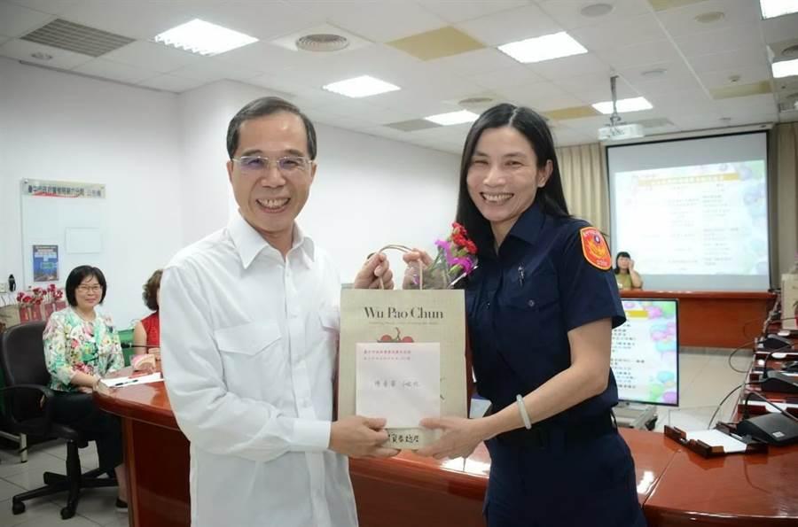 台中市警察局第六分局分局長盧廷彰為警察媽媽致贈康乃馨與賀卡。(盧金足攝)