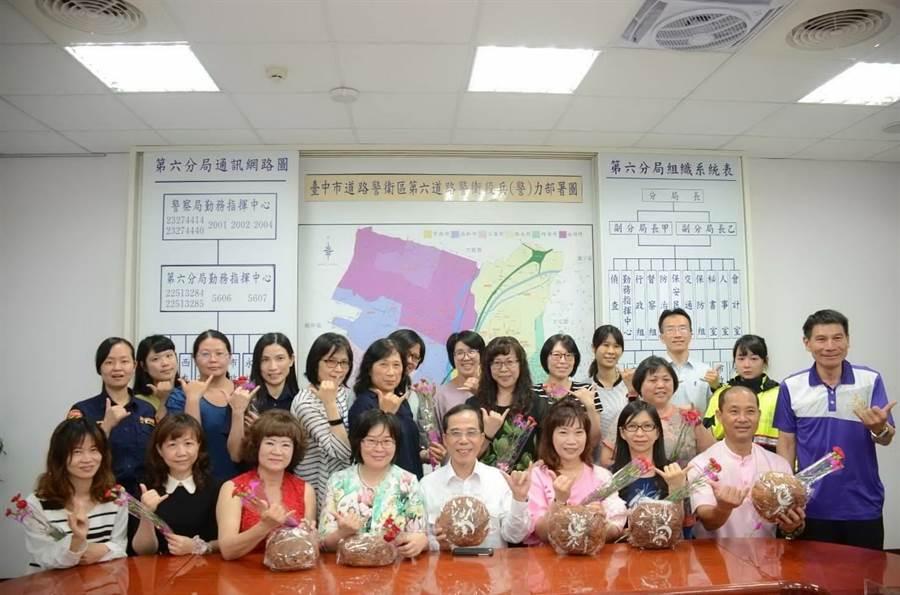 台中市警察局第六分局分局長盧廷彰對分局19名具母親身分的員警與員工,致上敬意與滿滿的祝福。(盧金足攝)