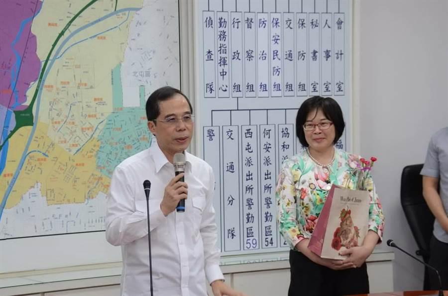 台中市警察局第六分局分局長盧廷彰伉儷為警員獻上母親節的祝福。(盧金足攝)
