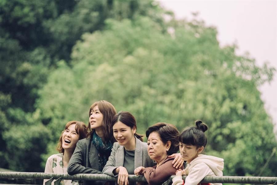 孫可芳(左起)、謝盈萱、徐若瑄、陳淑芳、陳妍霏在新片《孤味》中飾演一家人。(威視提供)