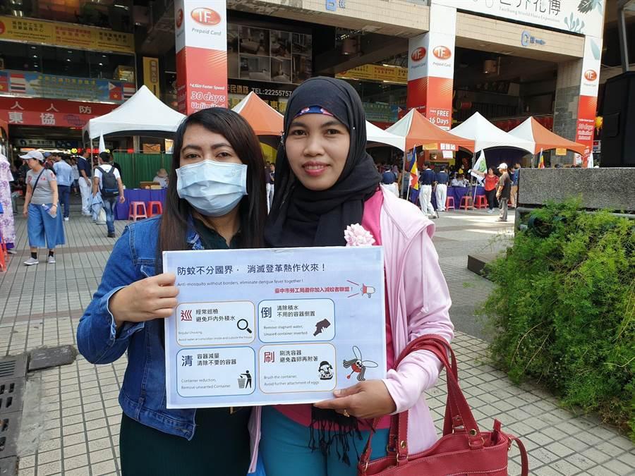 台中市勞工局製作英文、印尼、越南、泰文四國語言登革熱防疫圖卡。(盧金足翻攝)