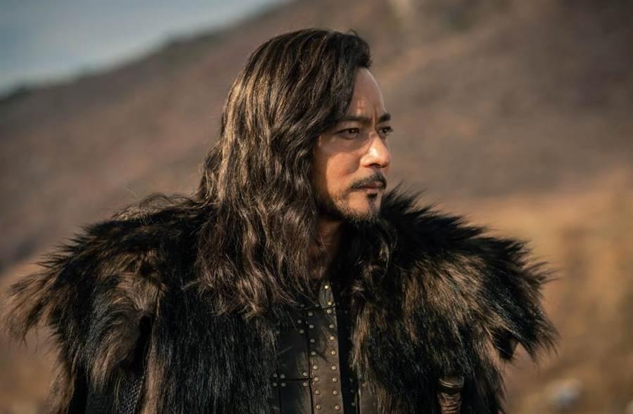 張東健在劇中的造型相當霸氣。(Netflix提供)