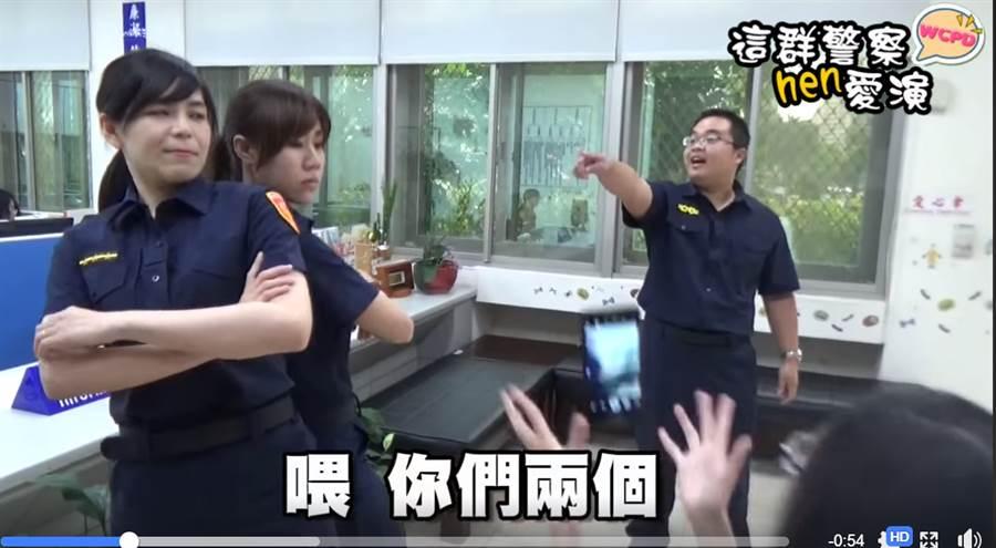 北市警拍逗趣短片,教民眾三點辯識警察新制服。(圖/取自警光新聞雲FB)