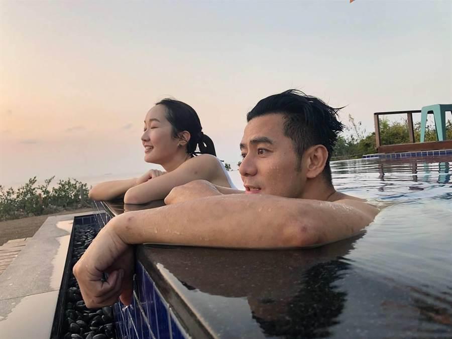 巴鈺、郭彥均享受無邊際泳池。(圖/中天)