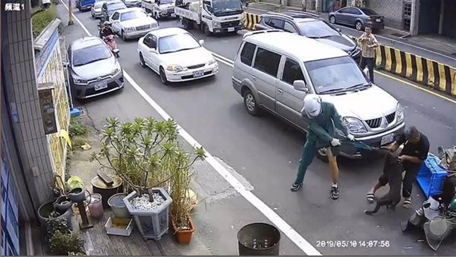 郵務士在馬路上遭到比特犬攻擊5分鐘,左小腿多處遭咬傷。(圖/翻攝畫面)
