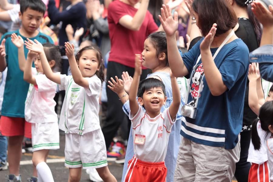 邁入第3年的「基隆市公私立幼兒園母親節幼兒健走」11日登場,小朋友們在現場玩得不亦樂乎。(基隆市政府提供)