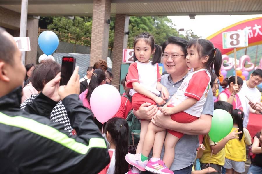 邁入第3年的「基隆市公私立幼兒園母親節幼兒健走」11日登場,市長林右昌抱起小朋友開心合影。(基隆市政府提供)