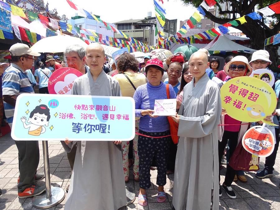 觀音山中華大悲法藏佛教會在台中樂成宮舉辦「浴佛、浴心,遇見幸福」活動,現場熱鬧滾滾。(林欣儀攝)