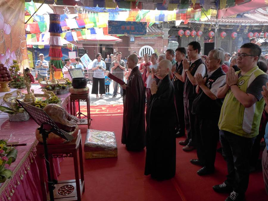 觀音山中華大悲法藏佛教會攜手樂成宮舉辦的「浴佛、浴心,遇見幸福」活動,吸引許多人參加。(林欣儀攝)