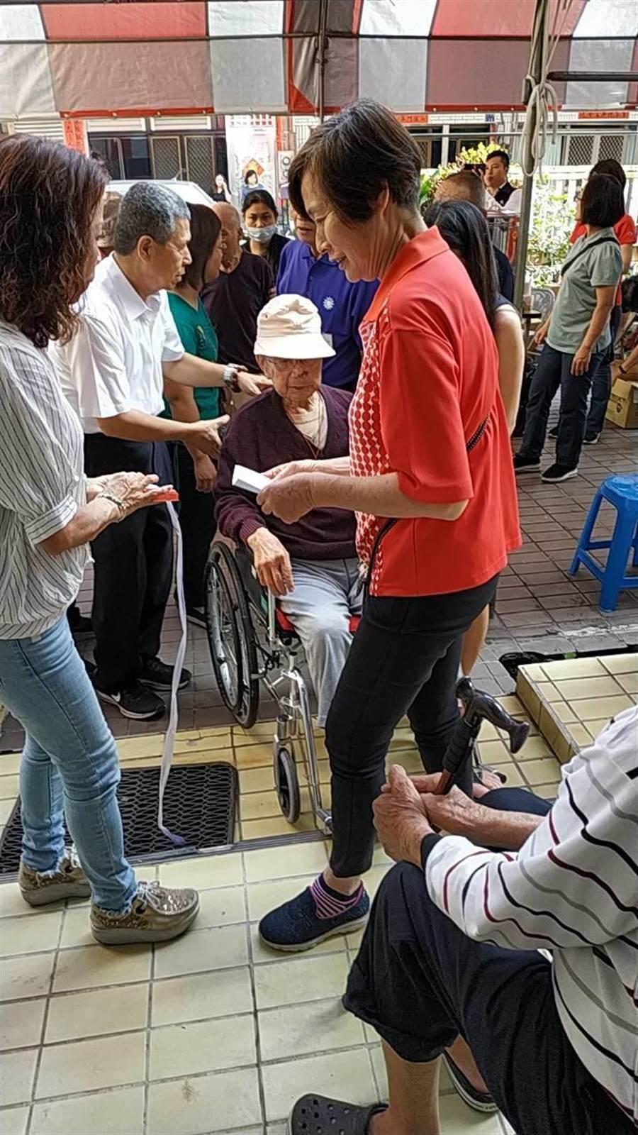 101歲高齡國民黨員坐輪椅前來投票。(謝瓊雲翻攝)