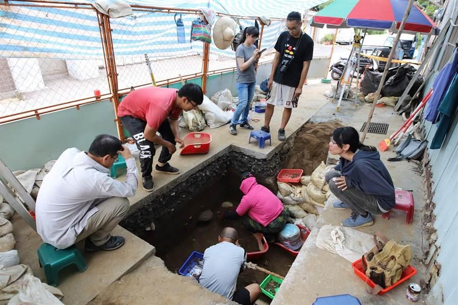 花岗山遗址考古团队采集遗址。