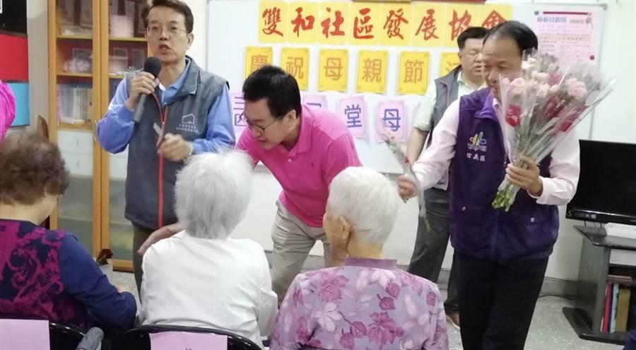 國民黨立委費鴻泰11日參加北市信義區雙和里百歲人瑞表揚大會,向偉大的媽媽們致敬。(費鴻泰辦公室提供)