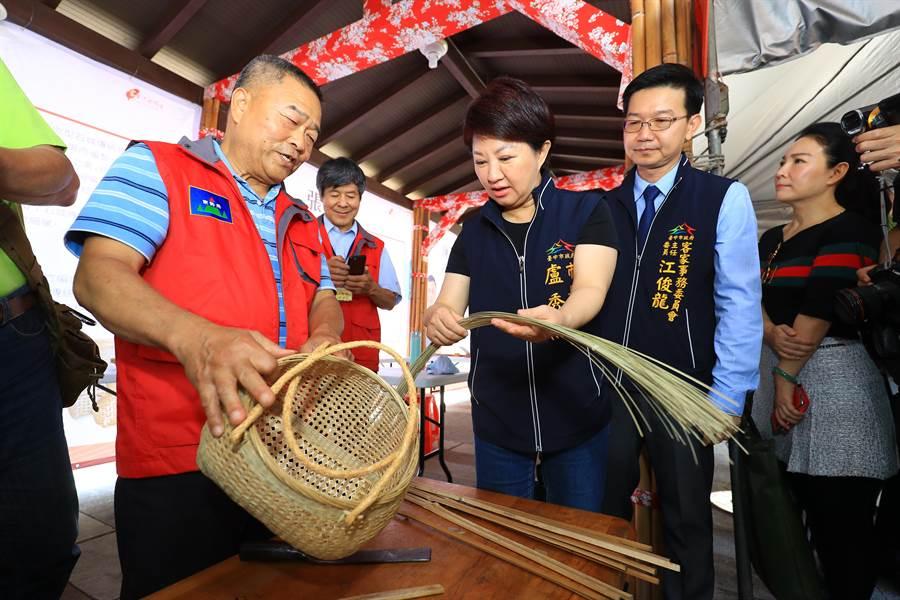 台中巧聖仙師文化祭起跑,台中市長盧秀燕參觀竹編大師現場創作。(陳淑娥攝)