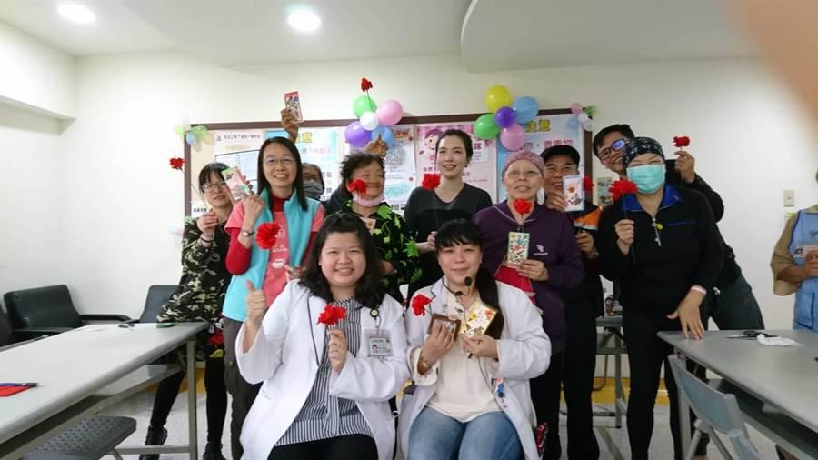 童綜合癌症資源中心舉辦手作康乃馨活動,邀請30位癌友及家屬參加。(陳淑娥攝)