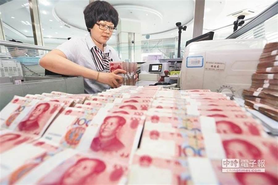 專家認為,人民幣貶值是大陸反制老美的武器之一。(新華社)
