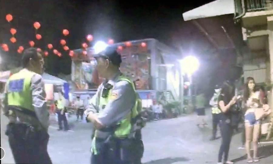 崁頂鄉竹福宮舉辦開廟門儀式卻演變為流血衝突,警方到場時涉嫌人已離開,只留下附近民眾在廟前議論紛紛。(潘建志翻攝)