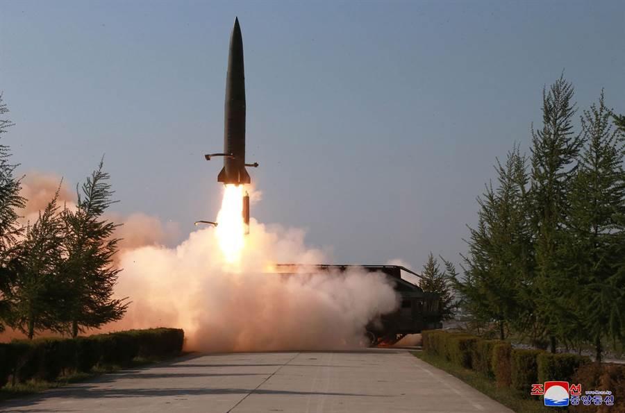 北韓9日發射兩枚短程飛彈,美國總統川普10日表示,他不認為北韓近日發射短程彈道飛彈是「背信」,只不過是「標準作業程序」。(美聯社)