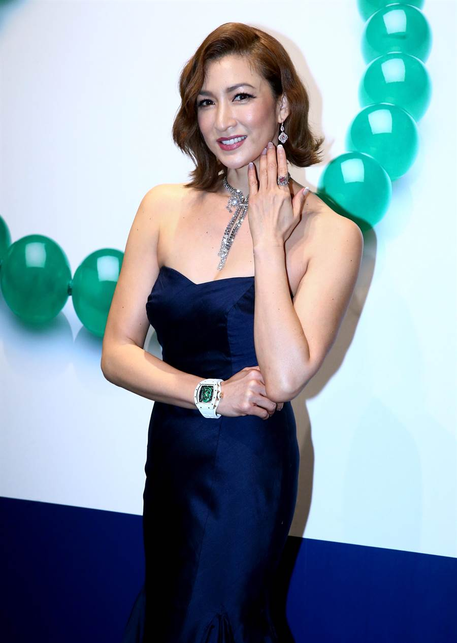 李詠嫻展演佳士得香港春拍的珠寶拍品,Harry Winston鑽石項鍊、要價逾2億的粉紅鑽戒和Richard Mille限量表,閃爆會場。(粘耿豪攝)